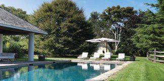 Auf dem weitläufigen Grundstück bildet der Pool mit der überdachten Terrasse einen der attraktiven Aufenthaltsorte.