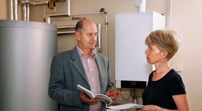 Ein unabhängiger Energieberater betrachtet das Haus ganzheitlich.