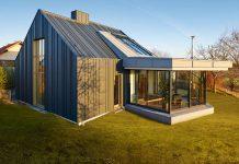 Dach und Fassade aus anthrazitfarbenem Aluminium.