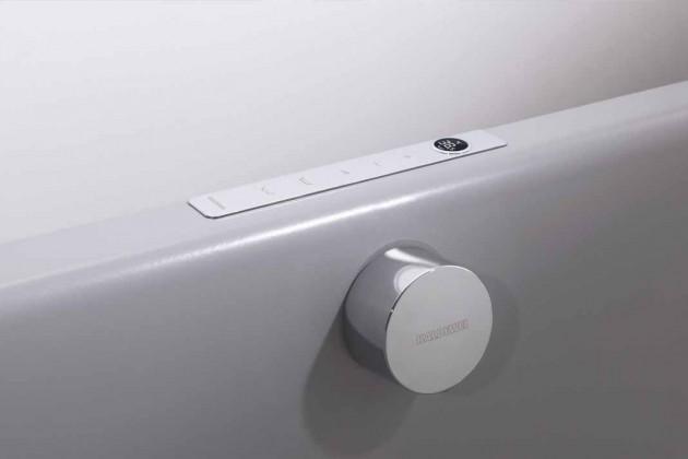 Armatur mit Bedienpanel, die das Ein- und Ablaufen des Wassers, dessen Temperatur sowie die An steuerung von Duschoder Badefunktion digital und be nutzerfreundlich regelt.