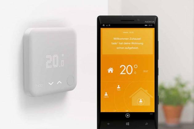 Über das Smartphone wird per GPS registriert, wo sich der Nutzer gerade aufhält. Verlässt er morgens das Haus, fährt das Thermostat die Temperatur herunter, nähert er sich abends dem Zuhause wird die Heizung aktiviert.