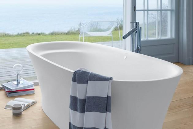 Organische, weiche Formen lösen zunehmend den strengen Purismus ab, die Badewanne steht frei im Raum.