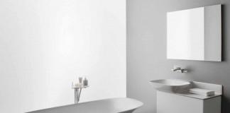 Grazil geschwungene Badewanne mit filigranen Waschtischen