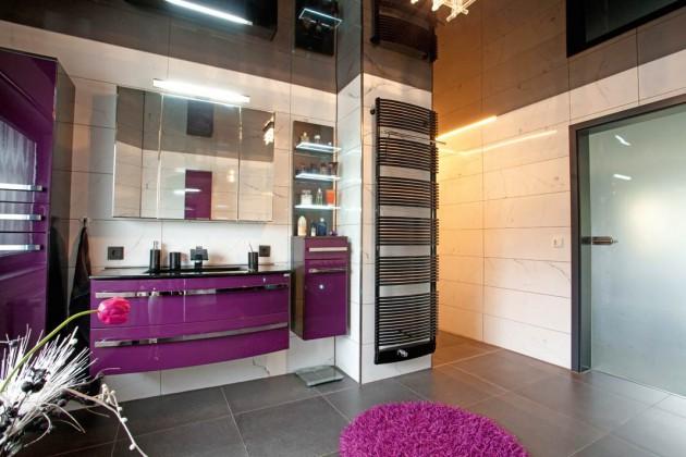 Das Badezimmer wirkt durch die schwarze, hochglänzende Decke wesentlich größer.