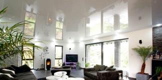 Der offene Eingangsbereich mit angrenzender Küche erstrahlt durch die Decken in neuem Glanz.