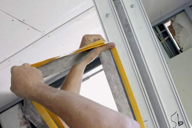 Dichtbänder umlaufend an der Fensterrahmenkante
