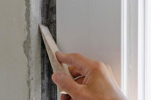 Das Folienband lässt sich mit einem Holzkeil fest auf dem Untergrund fixieren.