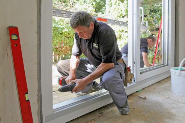 Mit Spezialschrauben wird das Fenster im Mauerwerk verankert.