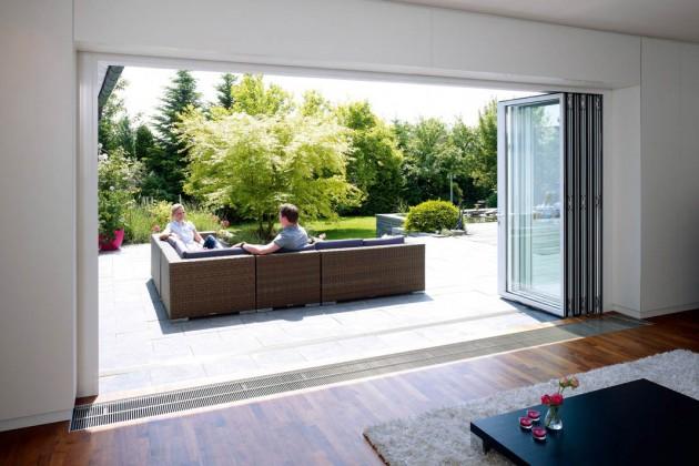 große Glasfalttüren führen dazu, dass der wohnbereich mit viel Licht durchflutet wird.