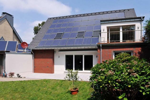 Haus mit Solarthermie und Bodentiefen Fenster/Terrassentüren.