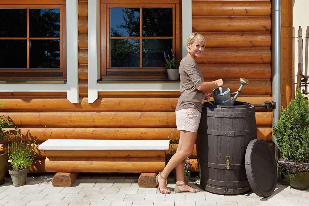 Mit 260 Liter Fassungsvermögen nimmt es Form und Optik eines Holz-Weinfasses auf.