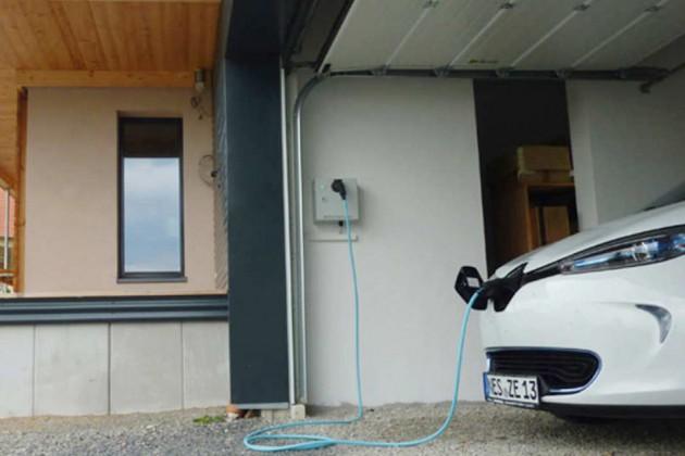 """""""Münnerstädter Plusenergiegebäude"""" betanken des Elektroautos"""