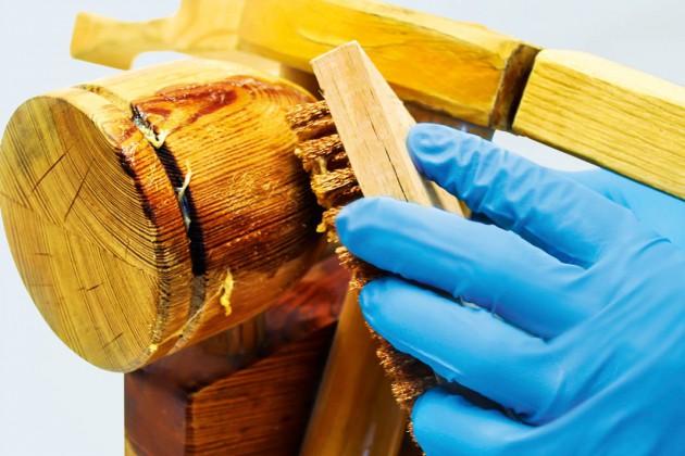 Nach 1-2 Std. die angelösten Schichten mit einem Spachtel, Tuch, Messing- oder Bronzedrahtbürste entfernen.