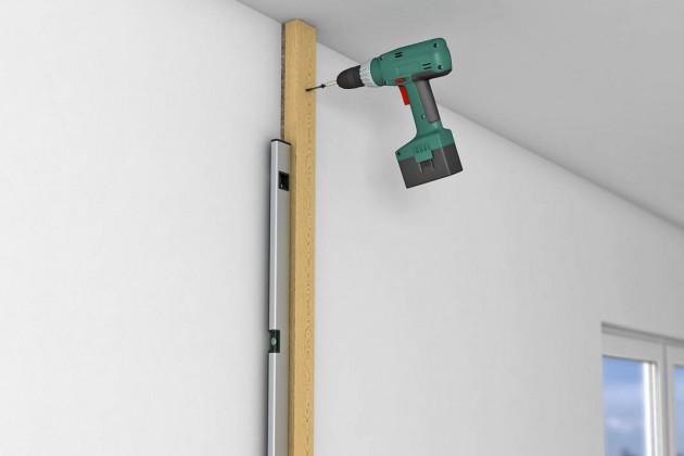 Weiteres Anschlussprofil mit Entkoppelungsstreifen an der Wand verschrauben.