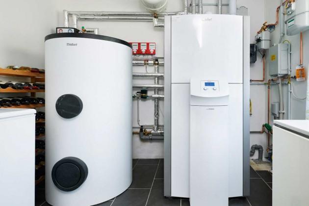 Zeolith-Gaswärme-pumpe, daneben der 400-l-Solar-Warmwasserspeicher.
