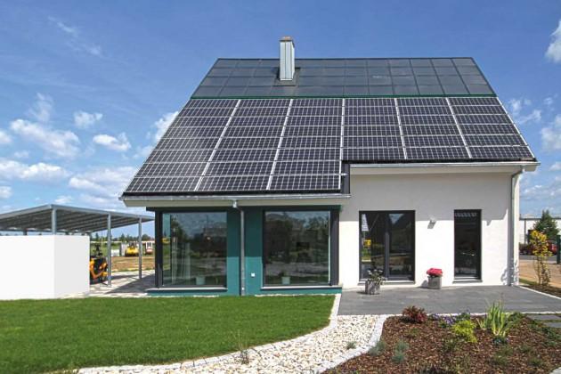 """Dank großer, nach Süden gerichteter """"Ernte-Fläche"""" profitieren die Bewohner sowohl von Solarwärme als auch von Solarstrom."""