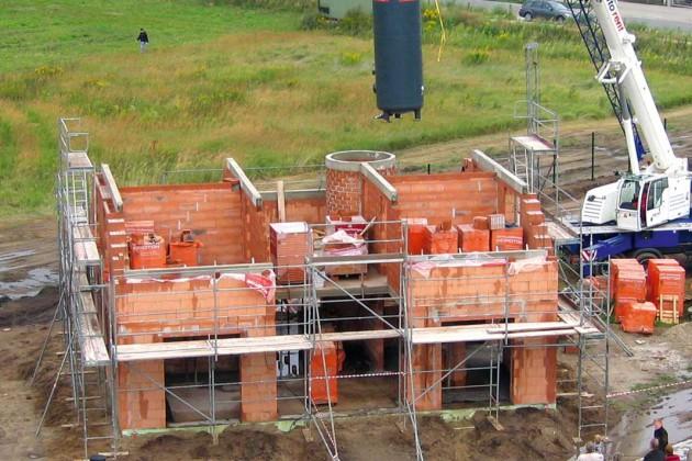 Bereits in der Rohbauphase werden die Energiespeicher per Kran an ihre Stelle gehievt.
