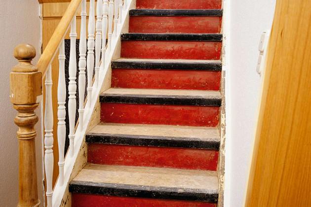 Vom Zahn der Zeit arg mitgenommene Holztreppe, die in der Substanz noch gut erhalten ist.