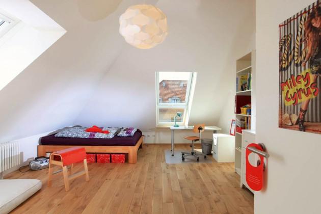 Das Kinderzimmer unterm Dach ist hell und großzügig.