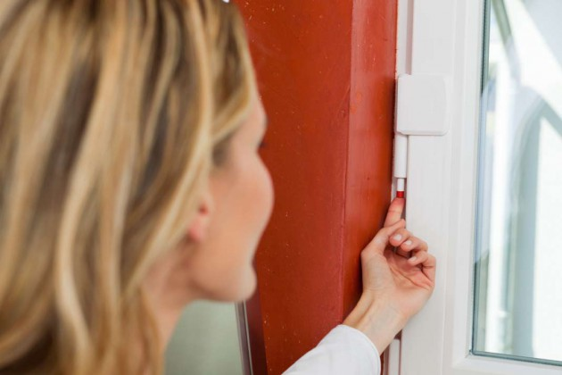 Neben der Schließseite muss auch die Scharnierseite des Fensters wirkungsvoll abgesichert werden, um Aufbruchversuche abzuhalten.