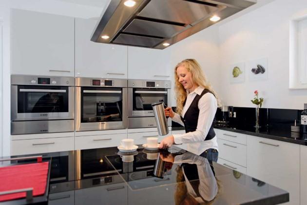Küche mit sparsamen Haushaltsgeräten