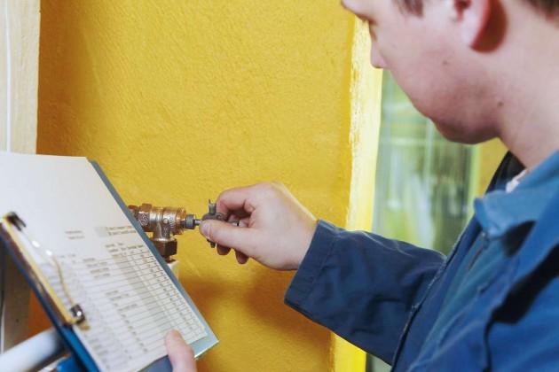 Nach Berechnung der erforderlichen Einstellwerte werden die Ventile mit einem Spezialschlüssel neu justiert.