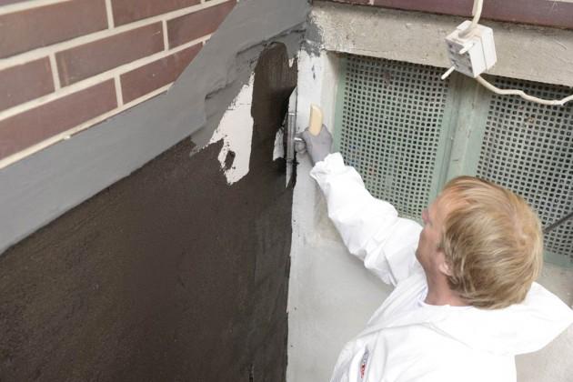 Danach trugen die Fachhandwerker die erste Lage einer Bitumendickbeschichtung vollflächig auf.