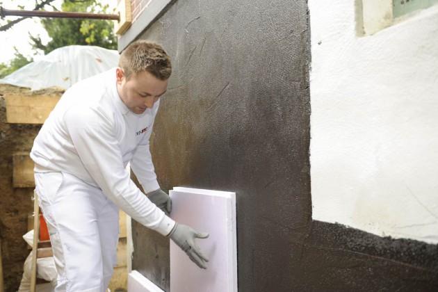 Als Schutz für die Außenabdichtung werden Platten aus Polystyrol montiert.