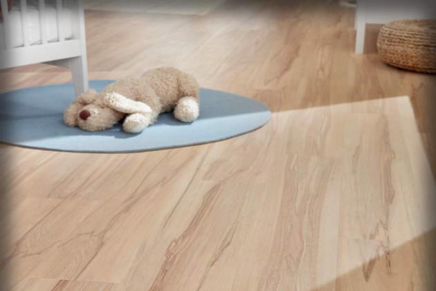 Hochwertiger Kunststoffboden ohne schädliche Weichmacher, dafür mit perfekter Holzimitation
