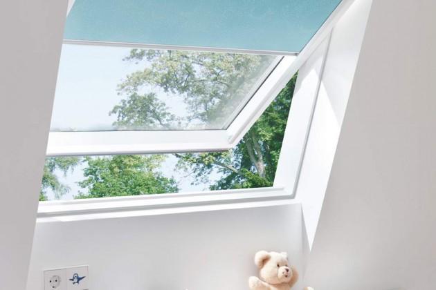 Das Schwingfenster ist leicht zu bedienen und sorgt mit einer Dauerlüftungsklappe und Thermoglas für bestes Klima im Dachgeschoss zu jeder Jahreszeit – natürlich mit Sturm- und Kindersicherung.