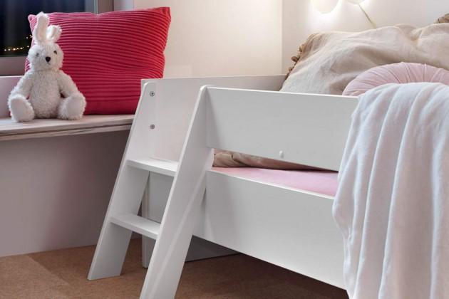 """Die Leiter zu süßen Träumen: Das Juniorbett war früher einmal ein Babybettchen und ist """"mitgewachsen""""."""