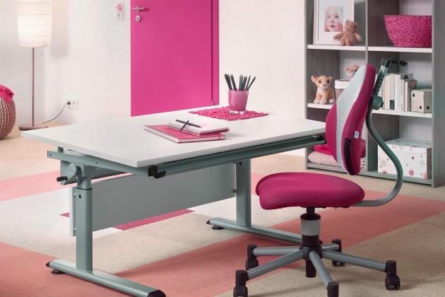 """Erst malen, später schreiben ... der Kinder-Schreibtisch ist geräumig und """"wächst"""" mit"""