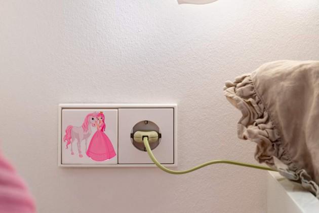 Prinzessin mit Pony in Pink – der Inbegriff des Mädchentraums findet sich als Detail auf einem Lichtschalter.