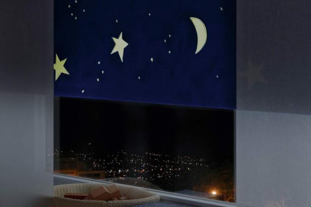 Mit dem Rollo bleibt es schön dunkel, wenn die Sonne früh morgens aufgeht – nachts können die Kinder trotzdem Mond und Sterne sehen.