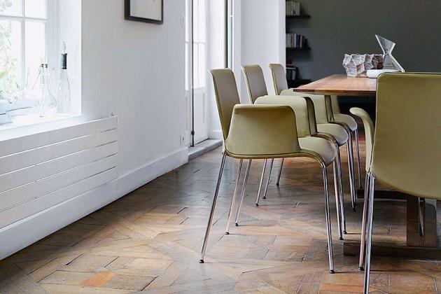 Der Stuhl Liz des Designers Claudio Bellini ist auf das Schönste reduziert. Schwingende Linien prägen seine Silhouette, stundenlang bleibt er bequem für eine illustre Runde am Esstisch.