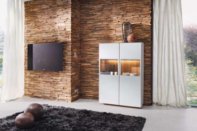 Die Internationale Möbelmesse präsentiert Wohnwelten, die auch Wand, Boden und Decke mit einbeziehen. Zum Beispiel die dekorative Wandverkleidung waldkante aus Holzstreifen.