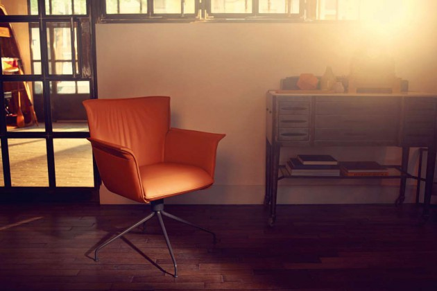 Spontane Sofagelage mit Freunden unterstützt der komfortable, drehbare Stuhlsessel Rolf Benz 630 ebenso gekonnt wie das Dinner an einer stilvollen Tafel. In Leder hat er das Zeug zum Klassiker.
