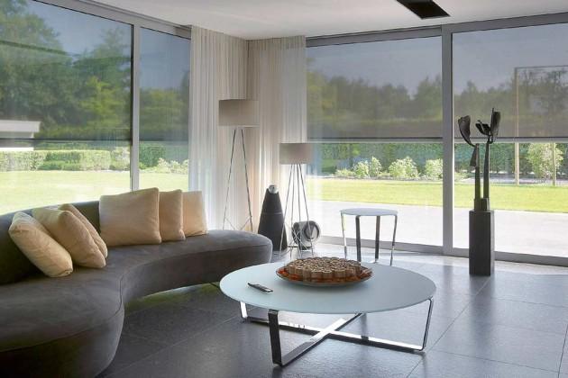 Senkrechtrollos schützen vor Hitze und Einblicken bei bodentiefen Fenstern.