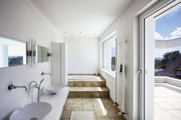 Badezimmer mit Zugang zur oberen Terrasse.