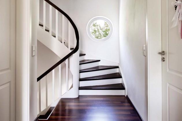 Das Rundfenster im Treppenhaus, ist eine Sonderanfertigung von Kneer-Südfenster