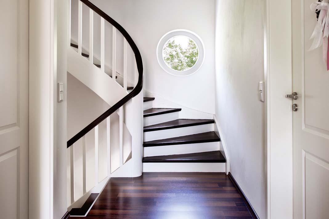 Das Rundfenster Im Treppenhaus, Ist Eine Sonderanfertigung Von  Kneer Südfenster