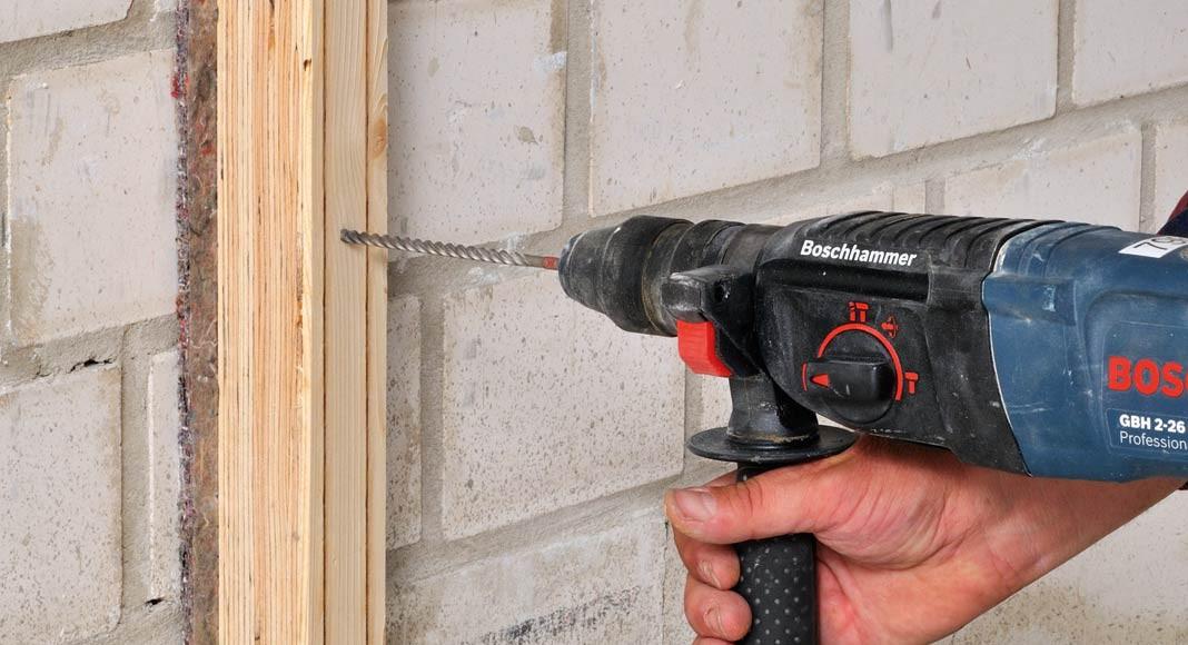 Holzständerwerk an Seitenwänden anbringen