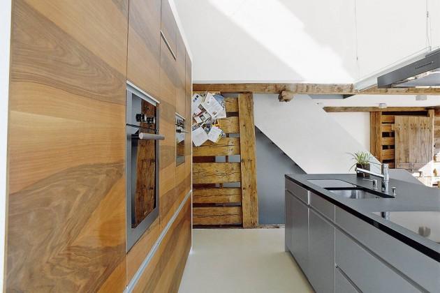 Blick von der Küche Richtung Treppe, wo unschwer die alte Massivholzkonstruktion zu erkennen ist.