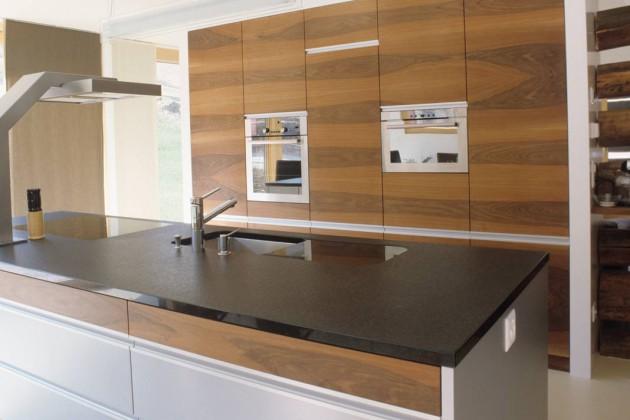 In der Küche wirken alte Blockbohlen- strukturen und geradlinige neue Einbauten perfekt zusammen.