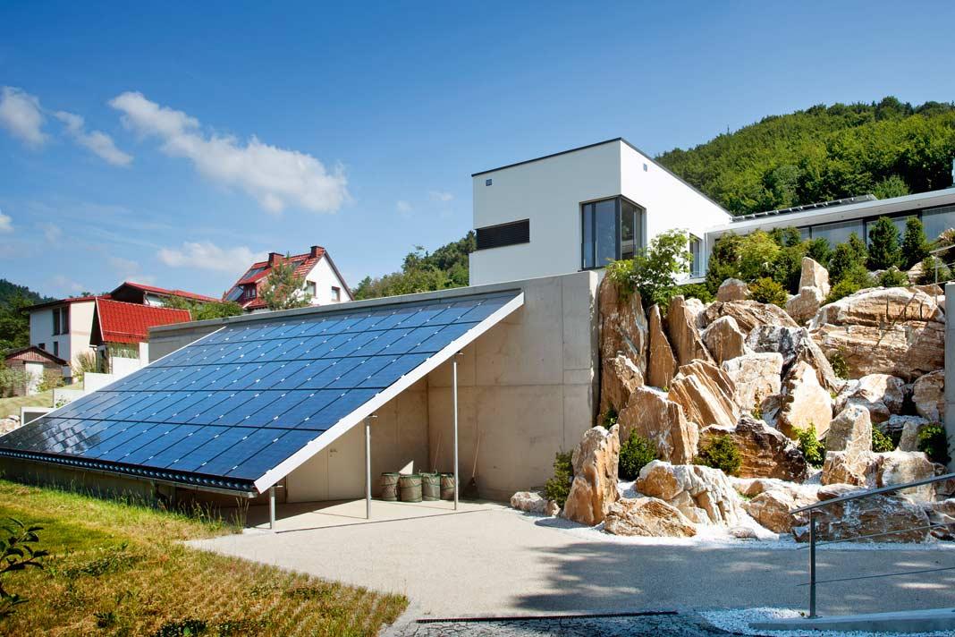 Die Photovoltaikanlage erzeugt bei Sonnenschein mehr Strom als verbraucht wird. Die überschüssige Energie speichern 24 Hochleistungsbatterien.
