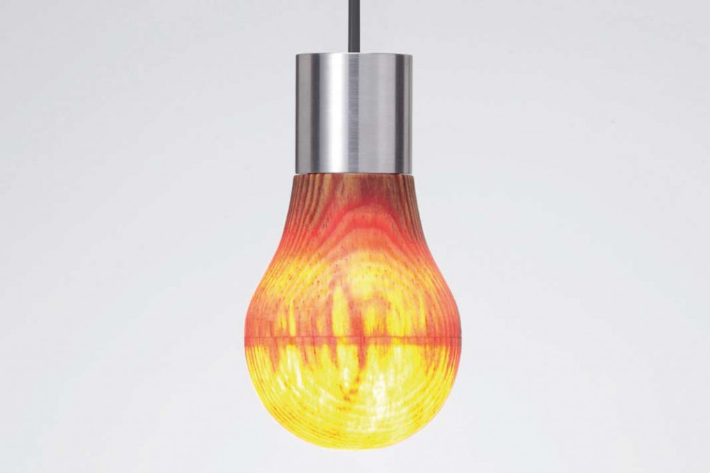 Lampe mit hauchdünnen Kiefernholz