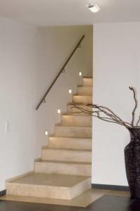 Sicherheit ist das Thema auf Treppen: Vom Absatz her angeleuchtet, sind die Stufen für treppab Gehende gut zu erkennen. Steplights neben den Stufen helfen zusätzlich. Foto: licht.de