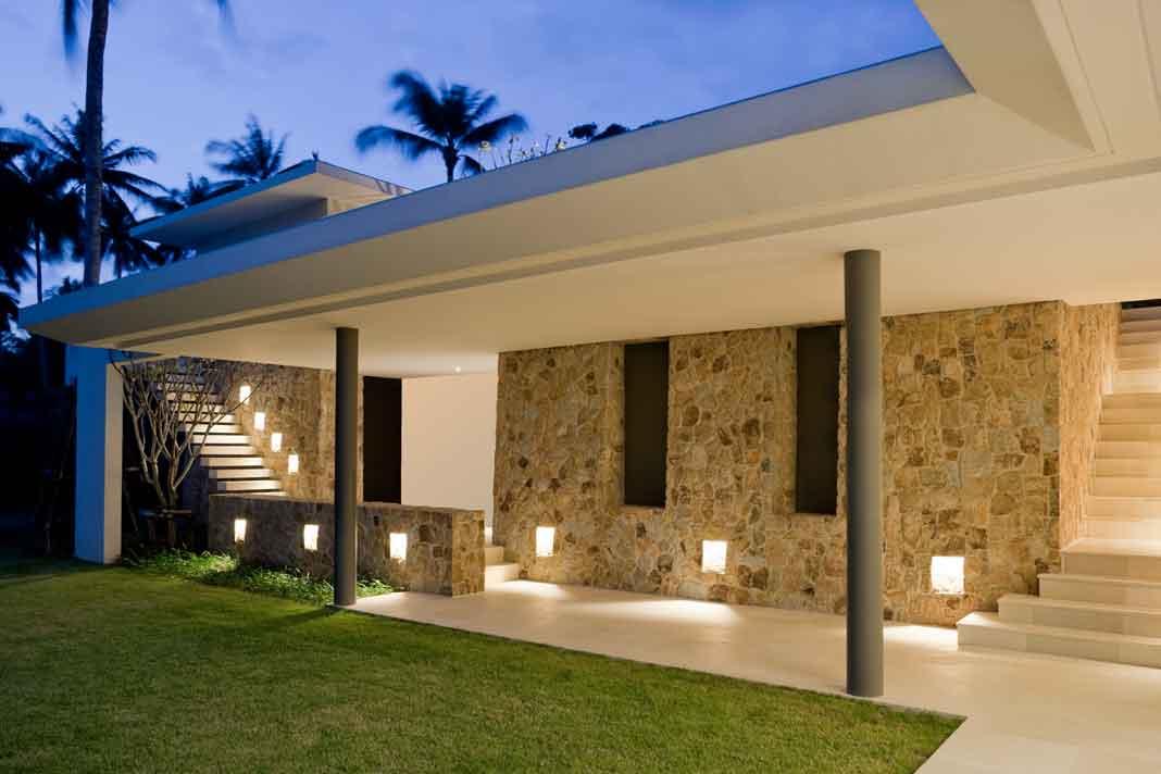 Natursteinfassade in Kombination mit modernen Elementen