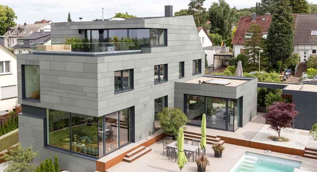 Natursteinfassade in grau