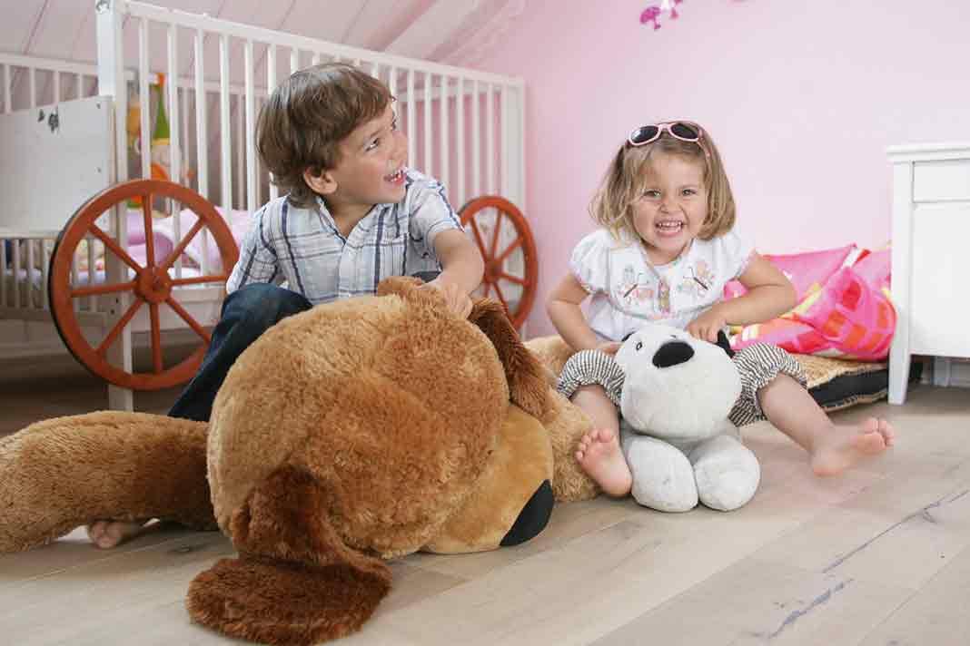 Gerade kleinere Kinder nehmen alles in den Mund, lecken an Möbeln, probieren die Teppichflusen oder testen ihr Spielzeug auf Konsistenz und Geschmack. Deshalb ist es in diesen Räumen besonders wichtig, auf schadstoffarme Produkte zu achten. Foto: Auro Wandfarbe